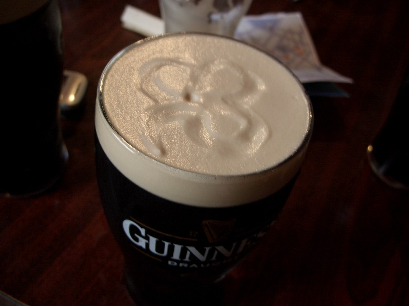 Enkelte steder får du servert Guinness med en trekløver... Den på bildet er riktignok laget i etterkant med fingern