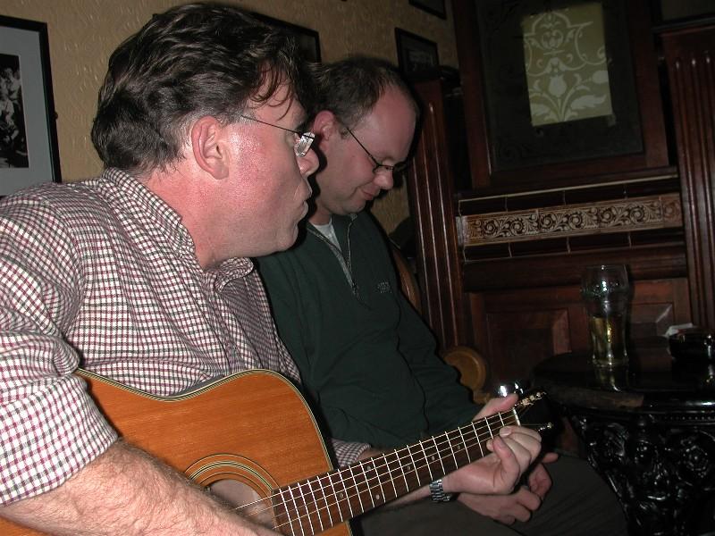 Det ble tatt godt i mot at vi spilte og sang på en av de lokale pubene,- her Tigh Coli'. Når de fikk høre at vi var norske, kom Guinnessen på bordet :-)