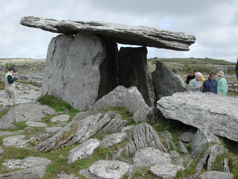 Vi tok en busstur ut mot Cliff of Moher. Stoppet underveis på Poulmabrove Dolmen i Clare fylke, regionen Burren.  Dette er en gravplass fra 1100 tallet og steinen veier 5 tonn. Ligger 26 km fra Galway.