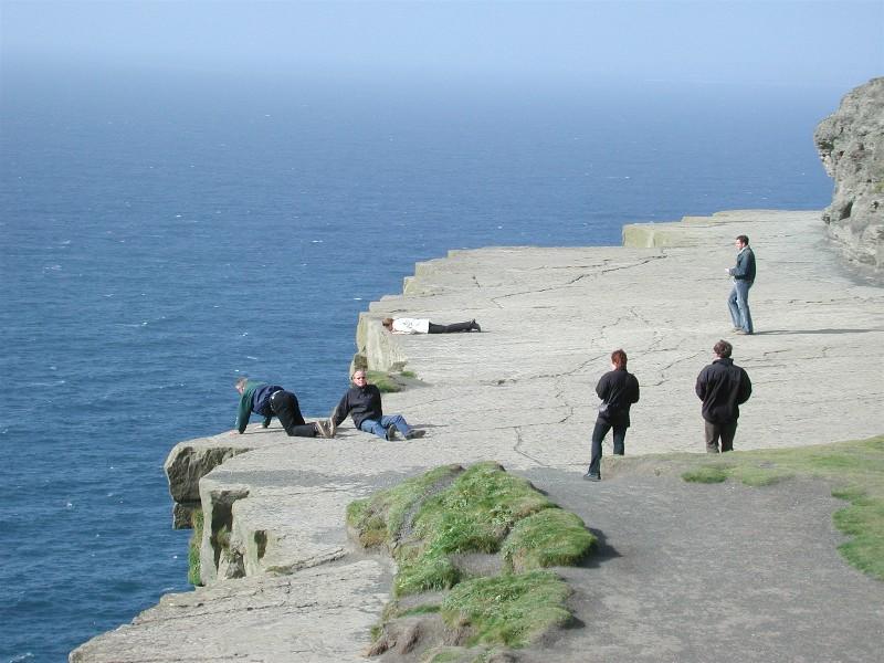 Her er vi på Cliffs of Moher. I dag er dette området inngjerdet, slik at vi ikke kan ligge på kanten og se fra 120 - 214 meter rett ned, slik vi gjorde!