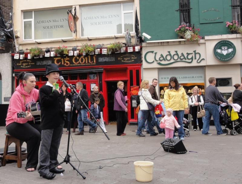 Mor og sønn. Han kunne veldig mange irske sanger. Den skal tidlig krøkes....... I bakgrunnen,- stampuben vår:-)