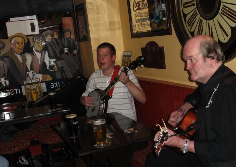 Våre venner Kewin og Robert på puben The Galway Shawl.