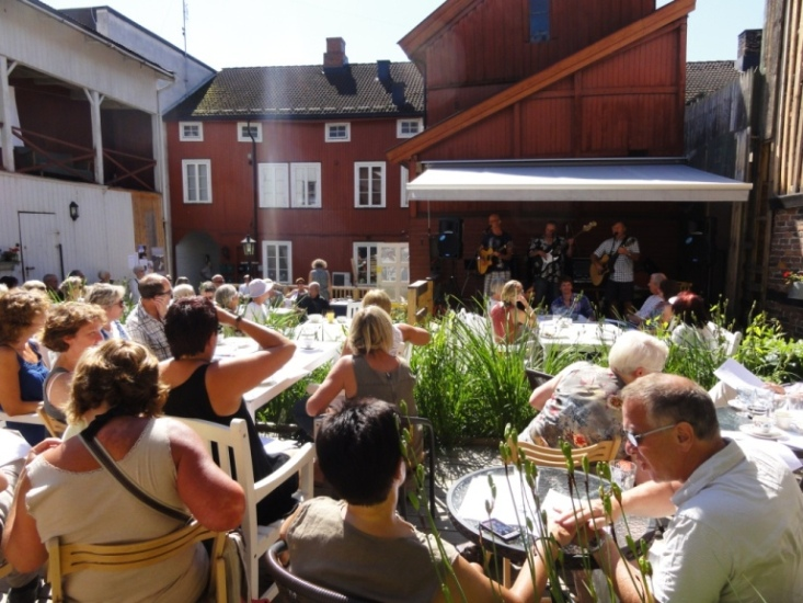Bakgården hos Tante Gerda på Hamar var fullsatt da vi spilte der 30. juli 2011. Vi fikk veldig god respons av et opplagt publikum.