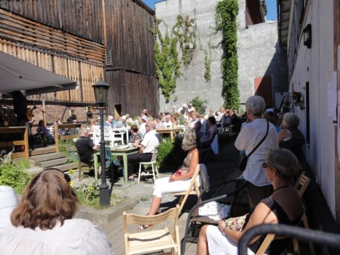 Bakgården hos Tante Gerda er kanskje Hamars fineste bakgård. Fra vår spilling 30. juli 2011.